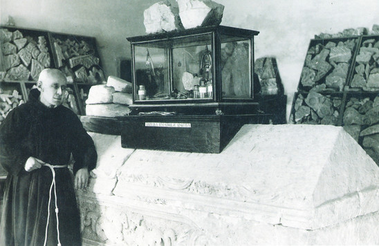 Fig. 29: Lujo Marun with the so-called Sarcophagus of Duke Borna and it's inventory. Credit: MHAS archive