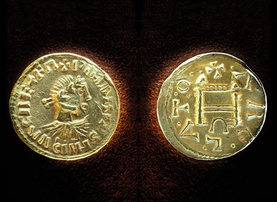 Fig. 30: Pfalz at Ingelheim, gold coin made in Arles. Credit: Kaiserpfalz Ingelheim, photo Michael Schlotterbeck