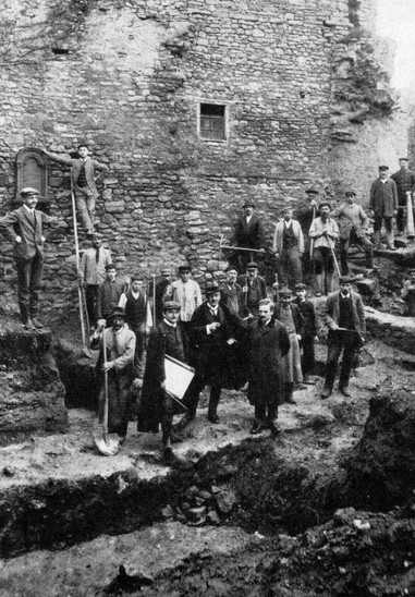 Fig. 37: Excavator Christian Rauch (in front on the right side) with his team. Credit: Lachenal, François and Weise, Harald T. (eds), Ingelheim am Rhein 774-1974. Geschichte und Gegenwart, Ingelheim am Rhein, 1974, p. 290