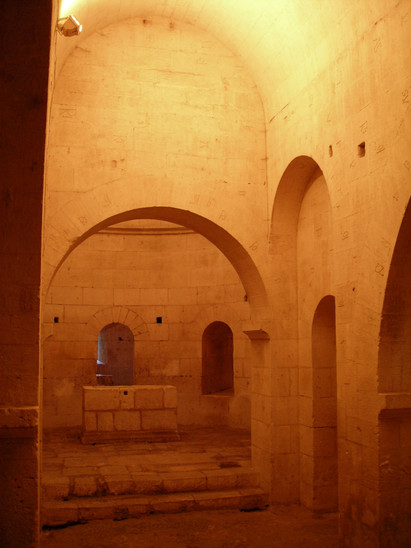 Fig. 17: Montmajour. Crypt of the new church of Notre-Dame, 12th century. A vaulted circular chapel in the centre, alluding to the Constantine rotunda of the Holy Sepulchre in Jerusalem, is girded with a barrel-vaulted ambulatory surrounded by radiating chapels. Below the transept of the upper church a series of massive arches span a transversal vaulted nave accessible by a vaulted ramp descending from the nave above.  Credit: A. Hartmann-Virnich