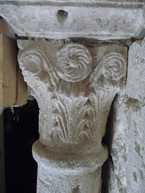 Fig. 8: Montmajour. The capitals, closely related to those in the contemporary tetraconch of Venasque in northern Provence and in the cloisters of the Burgundian abbey of Tournus, being adorned either with both foliate capitals loosely inspired by the Corinthian prototype, or with geometric interlace. Credit: A. Hartmann-Virnich