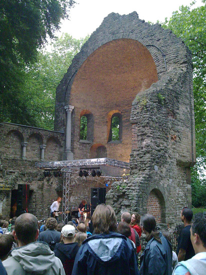 Fig. 41: Band playing in the Barbarossa ruins during the Valkhof festival. Credit: Erik 1980 Wikimedia Commons